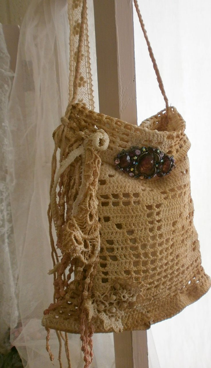 Vintage bag. I'm making mine out of burlap and old crocheted doilies! Very cute! Thanks you, Pinterest, for all of the bag ideas!