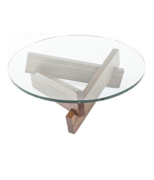 Esta mesa de centro con tapa de vidrio tiene las patas de tablones de madera.
