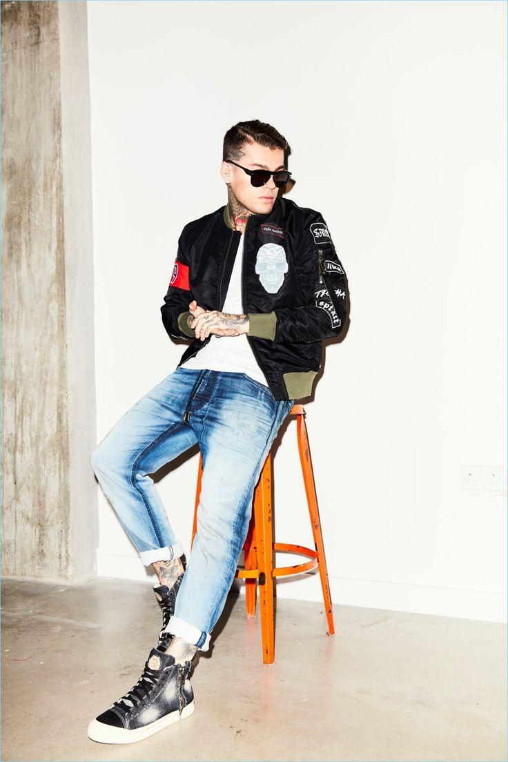 Стивен Джеймс идет случайно в бомбардировочной куртку Tigha и футболку с дизельными джинсы.