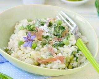 Risotto simple et léger aux petits pois et au saumon fumé : http://www.fourchette-et-bikini.fr/recettes/recettes-minceur/risotto-simple-et-leger-aux-petits-pois-et-au-saumon-fume.html