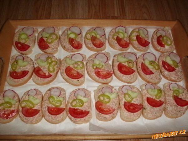 Všechny přísady nastrouháme nebo umeleme. Namažeme na chlebíčky a zdobíme plátky zeleniny (rajčata, ...