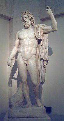 Él es Neptuno, su nombre griego es Poseidón, es el dios del mar, de los caballos y de los terremotos. Sus atributos son el tridente y el carro.
