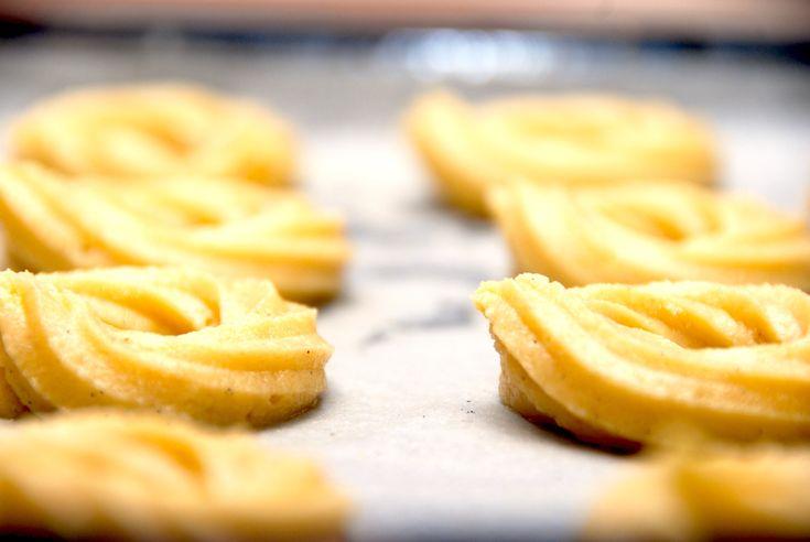 Her er den hurtige opskrift på vaniljekranse med mandelmel, der giver vaniljekransene den helt rigtige smag. De bages naturligvis med en ægte vanilje.