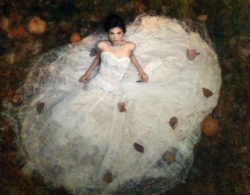 Nevěsta a její kytice v podzimních barvách | Móda, styl a módní trendy. Dámské a pánské oblečení.