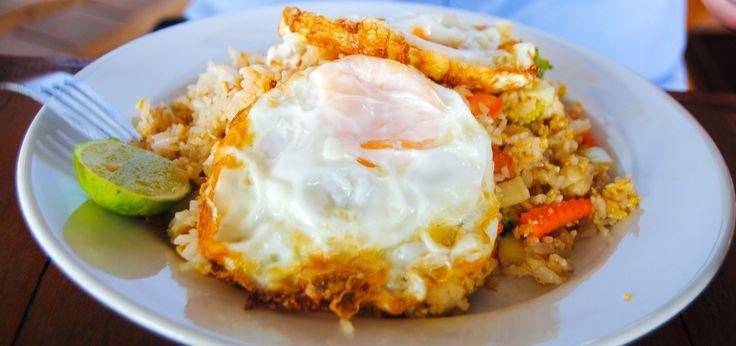 Stekt ris med kyckling och friterat ägg (khao pad gai)