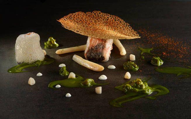 Ostra tibia escabechada con granizado de pepino, manzana y vino txakoli  Restaurante Martín Berasategui.