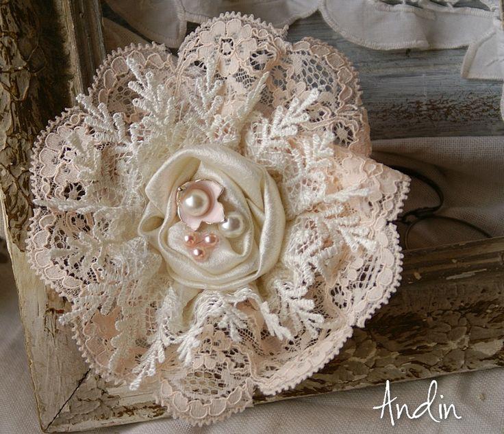 Krajková růžička shabby chic Romantická růžička utopená v krajkách. Průměr 10 cm