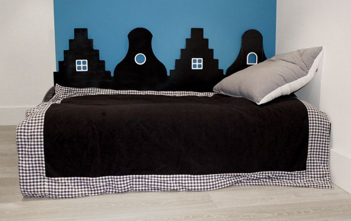 Een stoer bed voor een jongens kinderkamer. Bedbank uit de Amsterdam serie, in de kleur zwart, passend bij de gevelkasten uit dezelfde serie. De bedbanken zijn voorzien van twee stevige laden aan de voorzijde en verkrijgbaar in twee maten: 150/70 cm en 200/90 cm