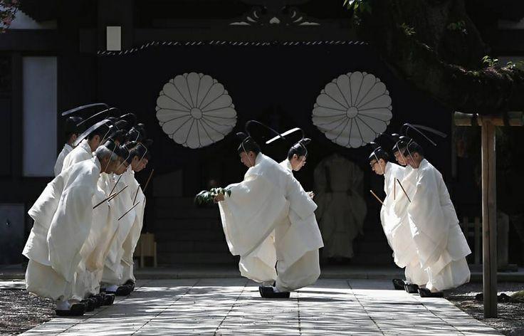 Sacerdotes do Santuário de Yasukuni, em Tóquio, preparam nesta terça-feira (22/04/2014) o espaço para o Festival Anual da Primavera