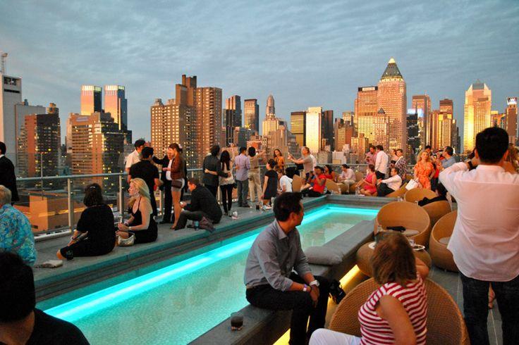 Le monde des rooftops new-yorkais se divise en deux catégories. Ceux trèsexclusifs, réservés à une élite de beautiful people et ceux plus normaux accessibles aux communs des mortels. Le Press Lounge, au sommet de l'hôtel Ink 48 fait partie de cette seconde catégorie, ce qui ne l'empêche pas d'avoir une terrasse absolument magnifique, incontestablement l'une des plus belles de la ville.