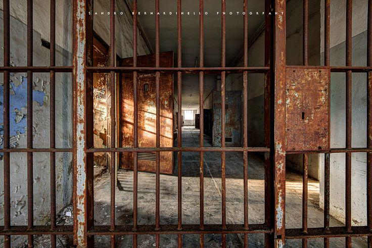 http://www.sandrobernardinellophotography.it/…/luci-e-ombre… Un piccolo carcere situato all'interno di un vecchio monastero su una collina, in una parte ora c'e` un ristorante, tutto sembra normale, camerieri, cuochi e clienti... poi una porticina che da nel magazzino pieno di provviste, passi una stanza, un'altra e delle scale che portano all'altra ala dell'edificio:qui tutto si e` fermato, celle aperte dove parti di intere vite sono trascorse, pochi segni rimangono sulle pareti a…