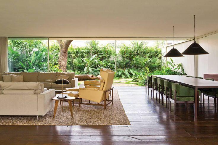 A casa assinada pelo AMZ Arquitetos – em bairro arborizado de São Paulo – ganhou blocos empilhados que criam uma aprazível ala social