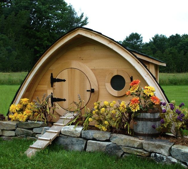 Quirky-Lord-of-The-Rings-Inspired-Hobbit-Hole-Chicken-Coops-1.jpeg (630×566) -wow