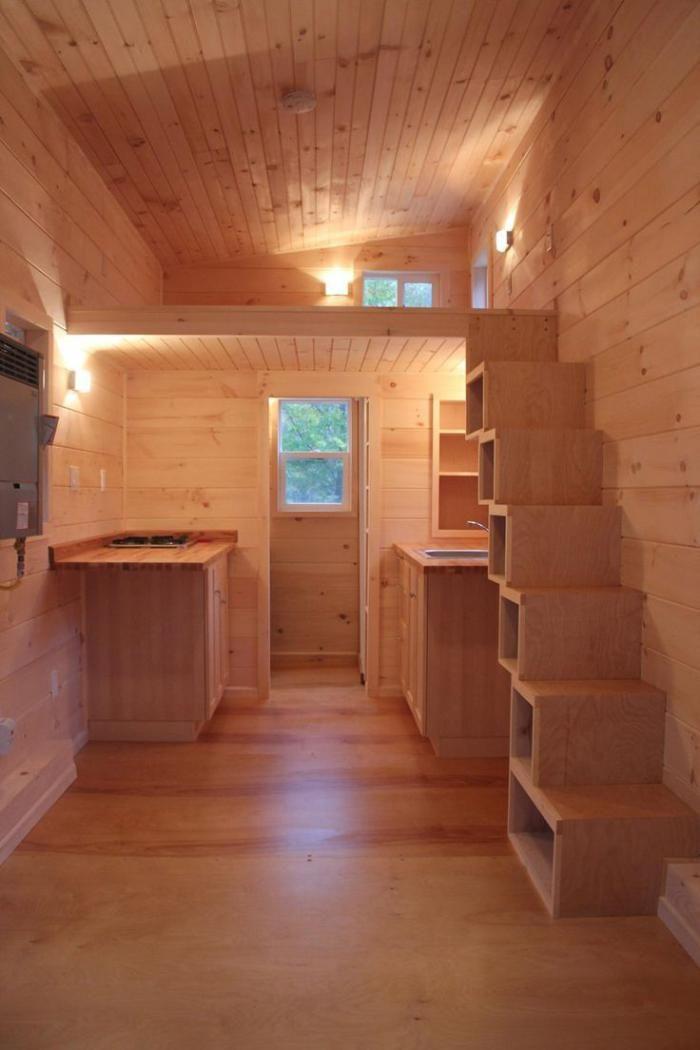 escalier suspendu, intérieur chalet tout bois avec petite mezzanine