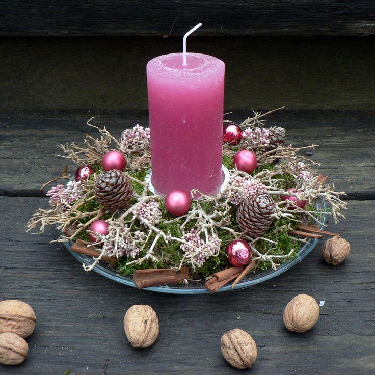 Vánoční svícen do růžova Vánoční svícen na skleněném talíři.Průměr cca 23 cm.Výška 16 cm.