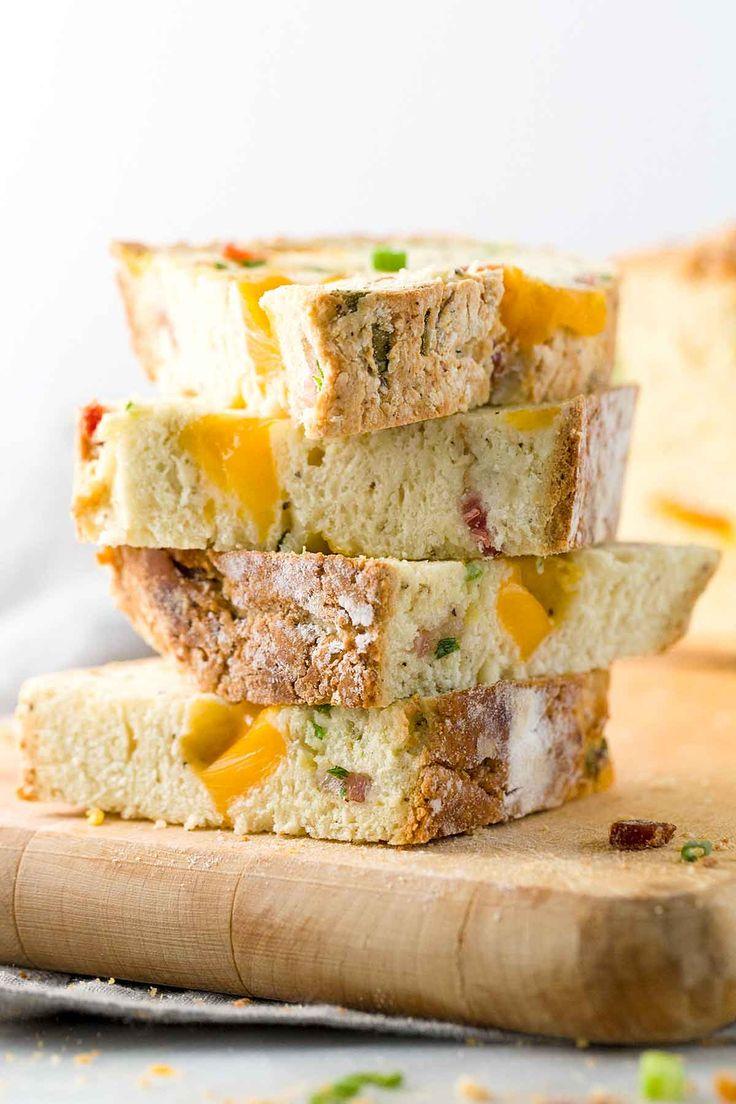 Irish Cheddar und Bacon Soda Brot - Eine Torsion auf traditionellem Soda Brot, ist dieses knusprige irische Cheddar und Speck Soda Brot Rezept ist mit geschmolzenem Käse, herzhaftes Fleisch und Schalotten verpackt.  Aufrechtzuerhalten  Jessicagavin.com