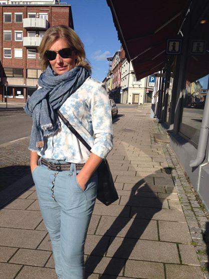 Bukse og belte fra Mos Mosh, skjerf fra Becksöndergaard, skjorte fra Maison Scotch, veske fra Tiger of Sweden og sko fra Blackstone. #mosmosh #becksondergaard #maisonscotch #tigerofsweden #blackstone #muztsarpsborg