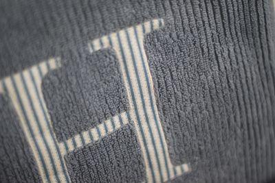 Monogramma asciugamani dettagli