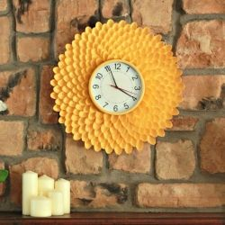 Create a fun and funky clock from plastic spoons!  Yep, plastic spoons!