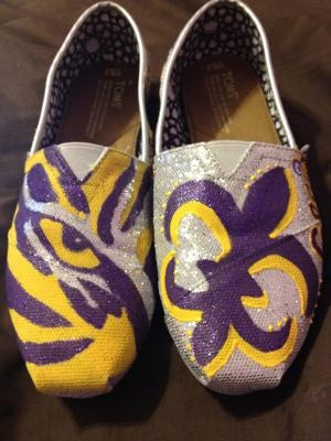 oooh i want gold shoes and do a black fleur de lis for the saints.  my husband would never let me do lsu
