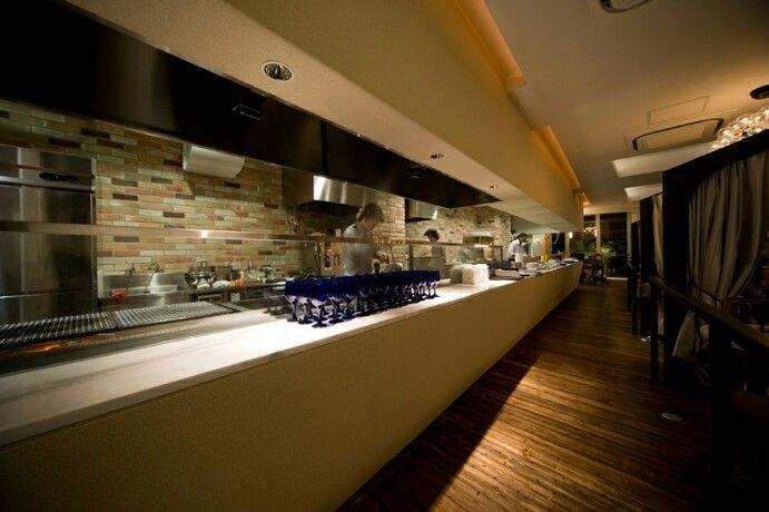 イタリアン料理店のカウンター。オープンキッチンでホールとの連動感を強調しています。 店舗デザイン;名古屋 スーパーボギー http://www.bogey.co.jp
