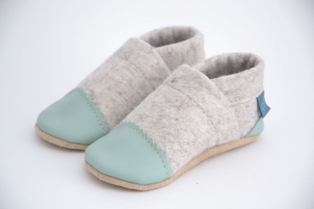 Krabbelschuhe aus Filz: kuschelige Hausschuhe für Kinder in trendigen Farben / crawling felt shoes: cozy house shoes for children in trendy colors made by Daniela Nagel via DaWanda.com