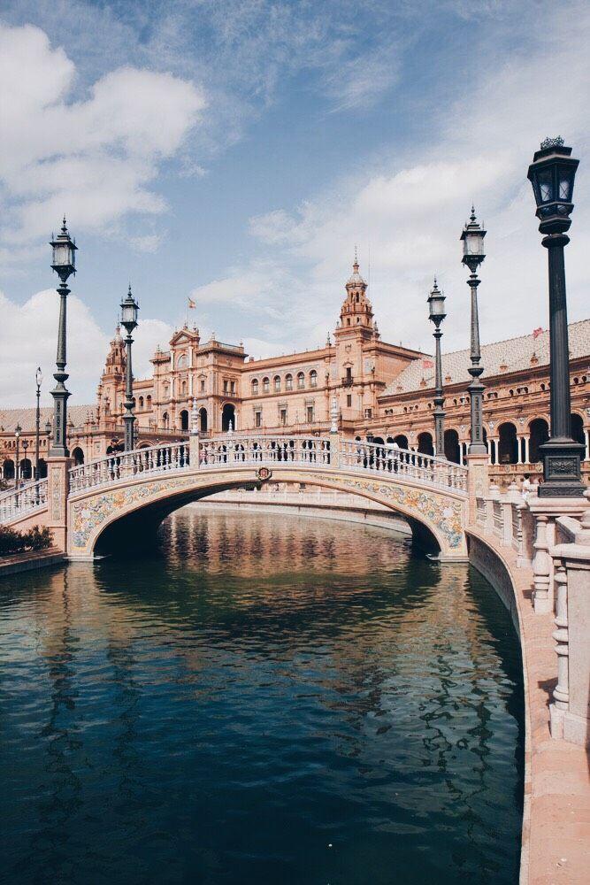 Este foto está en Seville, España. El ciudad es la ciudad hermana de KC. Yo quiero visitar este lugar.