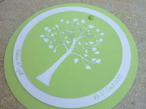 Pour un thème 100% Nature, ce faire-part rond offre une belle découpe d'arbre dans les tons de vert anis et blanc irisé