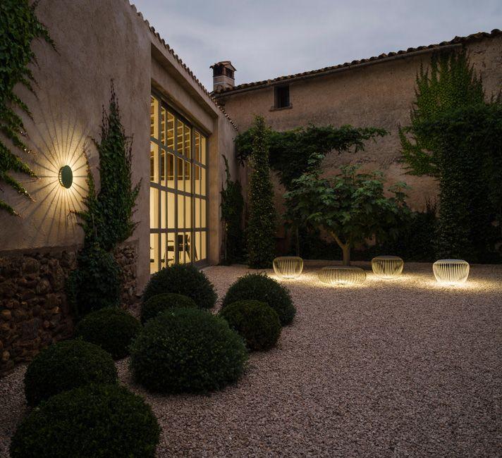 Испанские дизайнеры Хорди Вилардель (Jordi Vilardell) и Меритксель Видаль (Meritxell Vidal) спроектировали этот арт-объект неброский в дневное время, когда он может играть роль кофейного столика или стула, но преображающийся с наступлением ночи. Большая тень, отбрасываемая меридианами светильника, охватывает окружающее пространство, словно паутина.