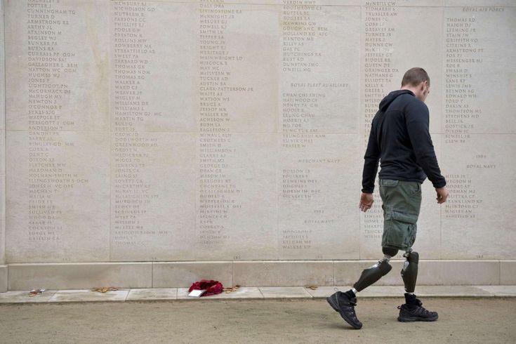 Un militar, frente al National Memorial Arboretum, en Alrewas (Inglaterra). El Día del Armisticio | Fotografía | EL PAÍS