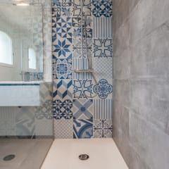 Salle de bains et carreaux ciment bleus: Salle de bain de style de style Moderne par Pixcity, Agence de photographie