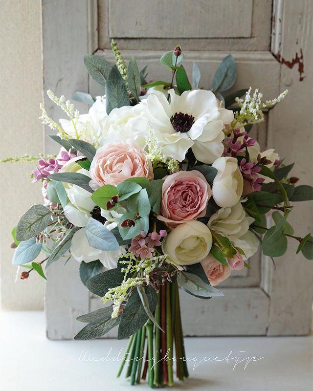 . . 持ち手が茎の #クラッチブーケ まだまだ、人気があるデザインです . ナチュラルな動きのあるお花やグリーンを より迫力のあるデザインに仕上げる 茎の束は  お花のデザインに合わせて ボリュームや長さを一つ一つ変えています。 , あとは、リボンをつけて出来上がりです(๑˃̵ᴗ˂̵) . . #weddingband  #wedding #bouquet  #ウェディングブーケ #ウエディングブーケ #2018春婚  #2018冬婚  #ナチュラルブーケ #ロケーションフォト #海外挙式用ブーケ