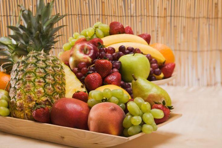 Enzimas proteolíticas en frutas. Las enzimas proteolíticas que descomponen las proteínas, son producidas por el páncreas y también se encuentran en algunos alimentos de origen vegetal, en particular ciertas frutas. La investigación sobre los efectos en la salud de las enzimas proteolíticas como ...