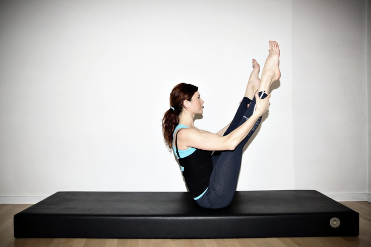 Rygtræning. Pilates træner rygmuskulaturen og holdningen. Her viser instruktør Camilla Bækholm fra Pilates Cph en klassisk Pilates-positur. - Foto: JOACHIM ADRIAN