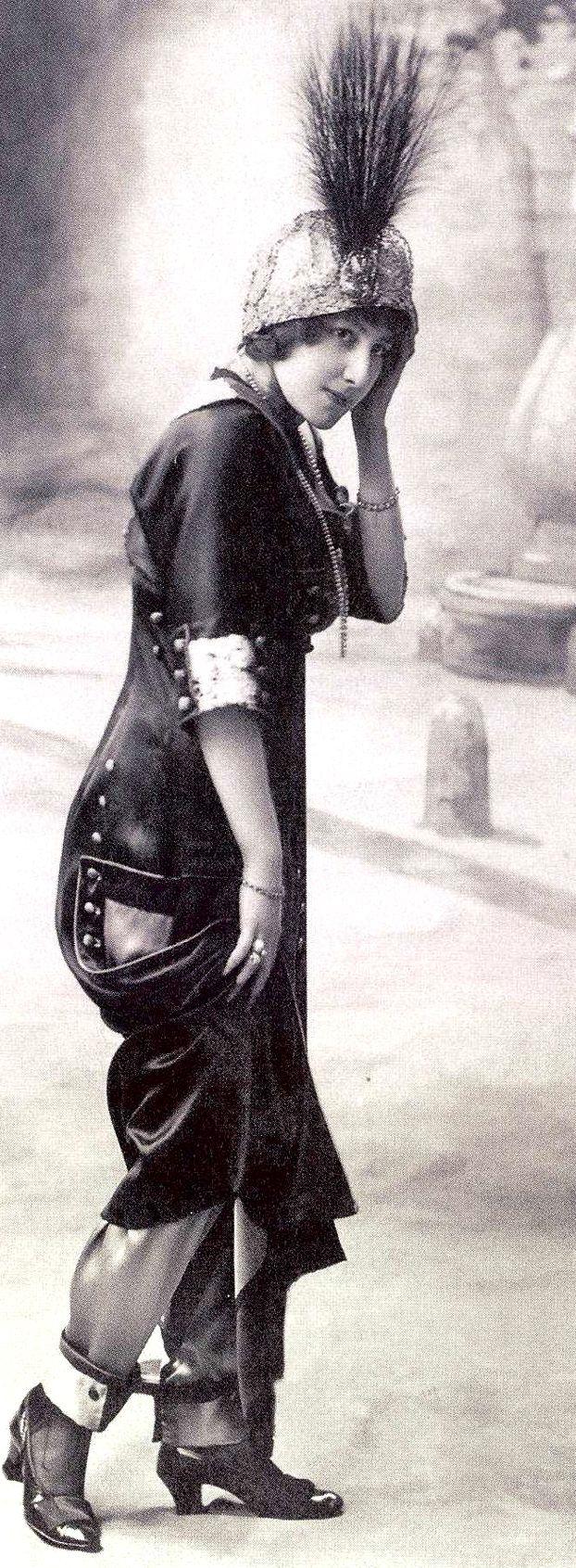 Poiret se aseguró un escándalo de inmejorables repercusiones publicitarias al presentar en 1911 su falda pantalón, que recibió la condenación del Papa Pío X. Si algo fue novedoso dentro de las propuestas de Poiret sería la introducción de los pantalones dentro de los conjuntos de inspiración oriental….Ya fueran en versión 'bombachos' o como pantalones rectos, a la manera china…