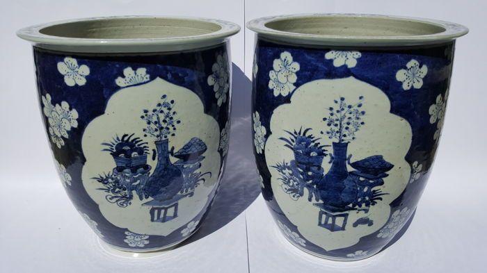 Twee bloemen potten - China - eind 19e eeuw  Twee bloem potten met een twee kaders met kostbaarheden op een witte ondergrond omringt met een prunus decor op een blauwe grondkleur.Afmeting; 1 x 275 x 31 cm. 1 x 275 x 315 cm.Staat; 1 klein oppervlakte barstje binnenkant zie foto 8.Datering; einde Qing dynasty.Gewicht; 2 x 4180 gram.Verzending; post nl (uitgezonderd Frankrijk DHL)Word met de grooste zorg verpakt en aangetekend & verzekerd verstuurd via post nl.  EUR 1.00  Meer informatie
