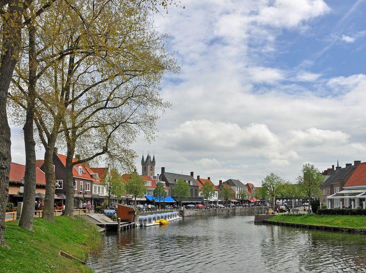 Sluis, Nederland. Bezoek dit gezellige grensplaatsje! Leuke winkeltjes, diverse goede restaurants, bezienswaardigeheden en een mooie omgeving om te wandelen en te fietsen!