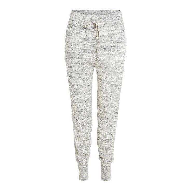 Her har du en strikket bukse som er både myk og moteriktig, med en ribbestrikket stripe på hvert ben og mansjetter nederst.