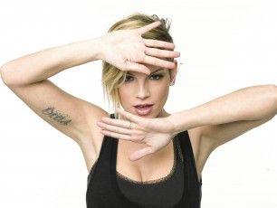 La cantante festeggia il successo del suo album con una versione semiacustica e il tour, che chiuderà il 10 dicembre. Nel 2014 forse un disco in