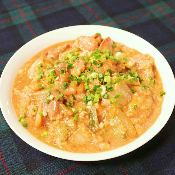 「親子丼風!鶏と白菜の卵とじ」の作り方を簡単で分かりやすい料理動画で紹介しています。とろとろの卵がたまらない、親子丼!今回は白菜を加えて冬に嬉しいレシピに仕上げました。スープにはゆるくとろみがついているので、ずっと温かく召し上がれます。鶏肉には下味をつけることがポイントですよ♪卵をとろとろに仕上げて召し上がりください!