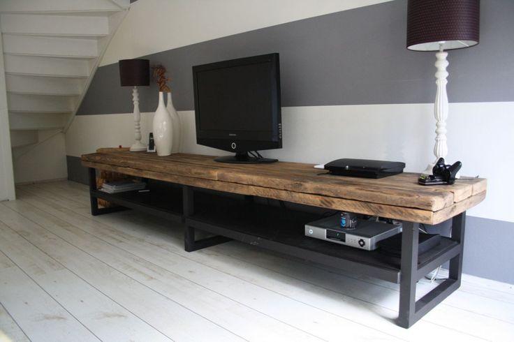 Stoer industrieel TV-meubel.   Dit meubel kunnen we helemaal op maat voor u maken. U bepaald de afmetingen en kleuren en wij doen de rest.