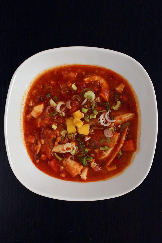 """Feurige, falsche Meeresfrüchtesuppe mit Mango - """"Kopien"""" von Tintenfischringen und Garnelen aus pflanzlichem Eiweiß. Zum Rezept: http://www.nachrichten.at/freizeit/essen_trinken/rezepte/vorspeisen/Feurige-falsche-Meeresfruechtesuppe-mit-Mango;art10222,850700 (Bild: Weihbold)"""