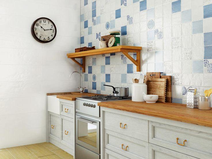 Una #cocina con el frente de cocción decorado con #azulejos de #colores