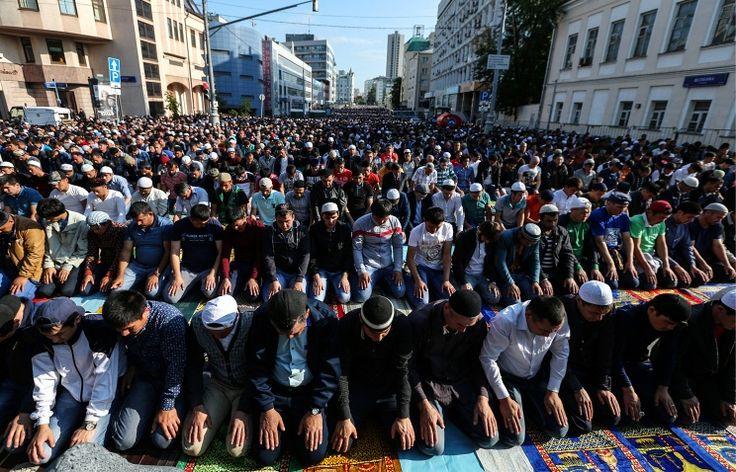 17.07.2015. Мусульмане во время торжественного намаза по случаю праздника Ураза-байрам у Соборной мечети в Москве