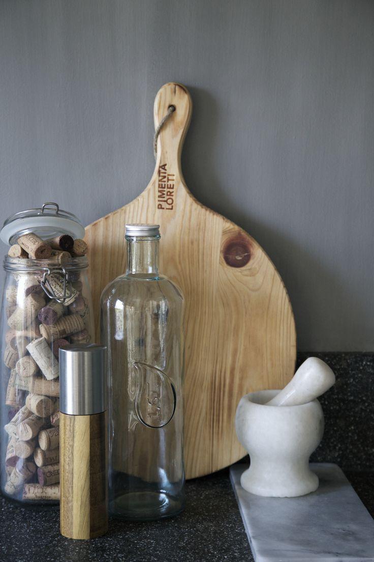 Keuken accessoires Pimenta Loreti serveerplank tegen een beton ...