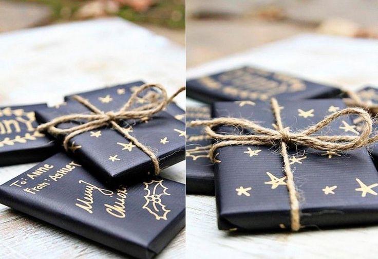 emballage cadeau original pour Noël papier kraft bleu foncé motifs déco ficelle #Noël #christmasgifts