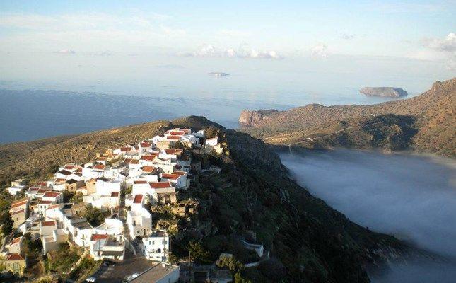 Η θέα στα Νικιά από τον Προφήτη Ηλία (την ψηλότερη κορυφή της Νισύρου), με την καλδέρα του ηφαιστείου καλυμμένη από νέφος #Nisyros #Greece http://diakopes.in.gr/trip-ideas/article/?aid=210358