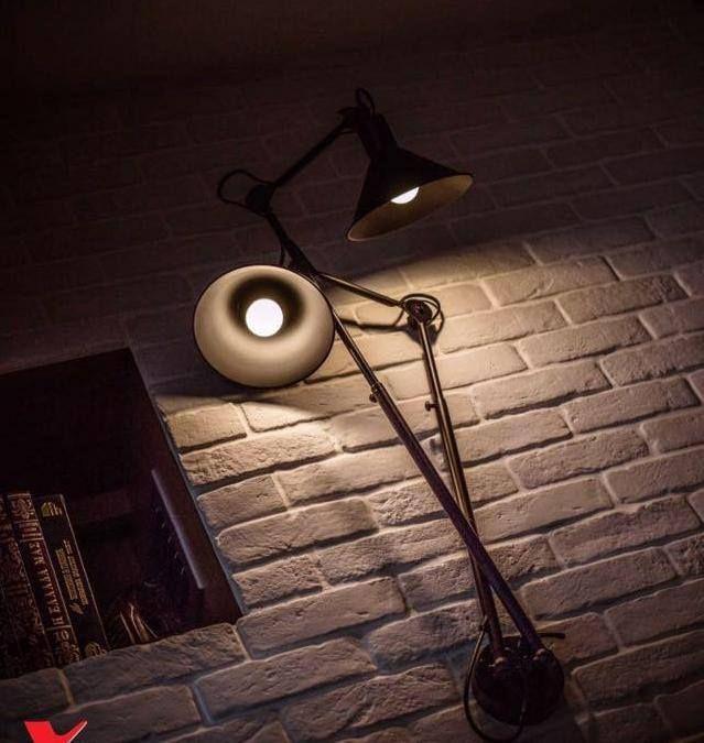 Απλίκα τοίχου σε vintage σχεδιασμό σε μαύρο μέταλλο ιδανική για cozy φωτισμό σε ένα σαλόνι ή δίπλα σε μια πολυθρόνα