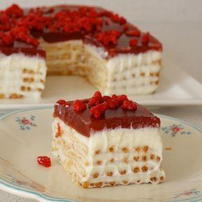 Çok hafif bisküvili pastam çok kolay olabilir herkeste biliyor olabilir ama lezzet önemli değilmi canlar Vişne soslu bisküvili pasta Malzemeler 1 litre süt 1 su bardağı un 1 yemek kaşığı nişasta 1 paket toz şanti 1 su bardağı şeker Vanilin Yapılışı ; Şanti ve vanilin hariç bütün malzemeyi bir tencereye alın ve karıştıraral pişirin. Sonra kremşantiyi toz olarak ve vanilini ilave edip karıştırın. Vişne peltesi için; 1 paket hazır vanilyalı puding 3 buçuk su bardağı vişne suyu Yapılışı; Malz