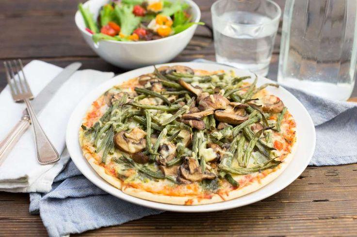 Recept voor groentepizza voor 4 personen. Met olijfolie, peper, sperzieboon, kastanjechampignons, knoflook, balsamico azijn en pizza